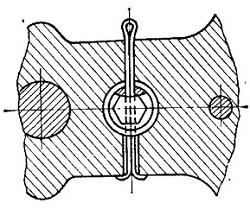 Положение контровочного шплинта стяжного болта коленчатого вала.